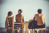 Friends sitting on the beach and watch the sea. Koh Phangan — 图库照片