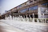 бангкок, таиланд, 28 марта 2013 покупателей посетить торговый центр сиам парагон в iam площади с фонтаном — Стоковое фото