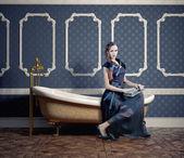Femme dans la salle de bain — Photo