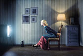 Woman watching tv — Stockfoto