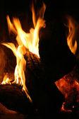 Brandende vuur vlammen met donkere achtergrond — Stockfoto