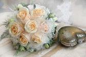 Wedding bouquet and handbag in the shape of heart — Stock Photo