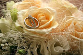 Beautiful wedding bouquet and rings. — Stock Photo