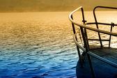 Alba sul lago di montagna e in barca — Foto Stock