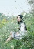 Młode ładne kobiety w świetle trawa — Zdjęcie stockowe