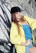 Giovane ragazza adolescente allegra urbana — Foto Stock