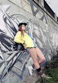 Chica adolescente confiando en pared — Foto de Stock