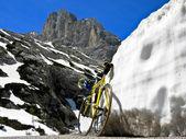 Bicicleta en el passo fedaia — Foto de Stock