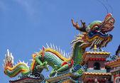 Estatua del dragón colorido techo del templo de china. — Foto de Stock