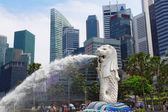 Centro de Singapur con merlion y rascacielos — Foto de Stock