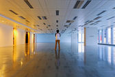 Man stand in empty floor — 图库照片