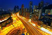 Cidade a noite com as luzes dos carros — Fotografia Stock