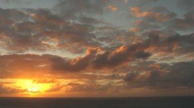 時間の経過の美しい夕日や日の出雲します。 — ストックビデオ