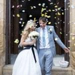 bruid en bruidegom buiten de kerk — Stockfoto