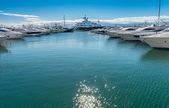 Super jachtów w puerto banus — Zdjęcie stockowe