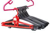 Rode en zwarte lege hangers — Stockfoto