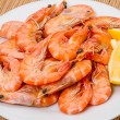 Foto Stock: Cooked shrimp with lemon