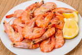 Cooked shrimp with lemon — Stock Photo