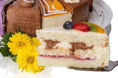 Pedaço de bolo com frutas e flores — Foto Stock