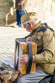 Gamla män spelar dragspel på staden gatan — Stockfoto