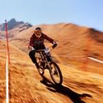 Autumn extreme mountain bike competition — Stock Photo #13160151