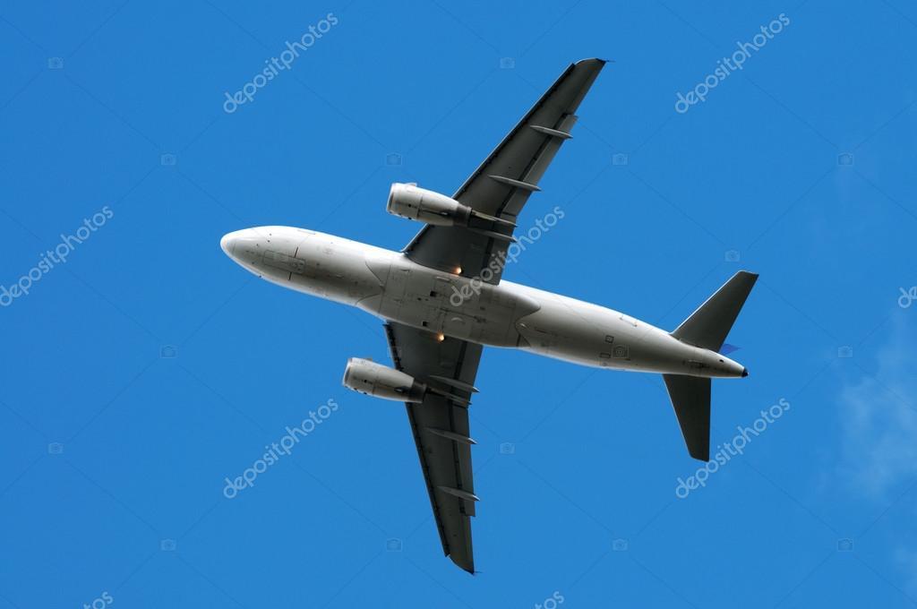 飞机起飞在天空背景上