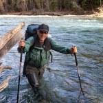 rivière Backpacker et montagne — Photo