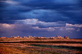 Muslim cemetery at sunset on background of storm clouds — Stock fotografie