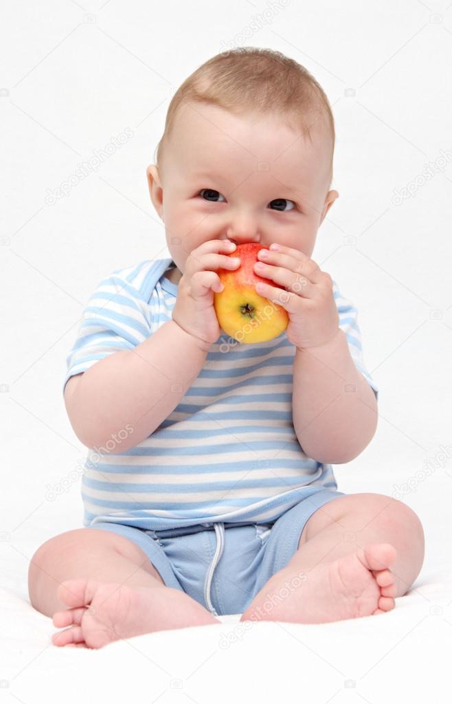 宝宝吃苹果 — 图库照片08nikkos#27057019
