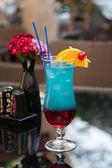 Mavi masaya kokteyl — Stok fotoğraf