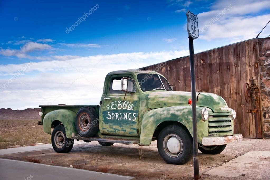 vieux camion de temps sur la route 66 photo 18187233