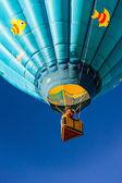 Arriba y lejos en un globo de aire caliente — Foto de Stock