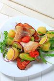рыбный шашлык с картофельным гарниром — Стоковое фото