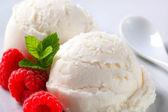 Bolas de helado cremoso con frambuesas — Foto de Stock