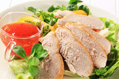 Sliced chicken breast with salad and sweet chilli sauce — Stock Photo