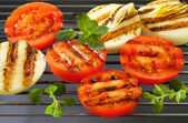 Grilled tomatoes and onions — Stock Photo