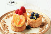 Custard filled vol-au-vents with fruit — Stock Photo