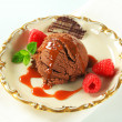 Chocolate brownie ice cream with caramel sauce and raspberries — Stock fotografie
