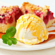 Berry fruit crumble slices with ice cream — Foto de Stock