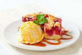 Berry fruit crumble slices with ice cream — Stock Photo