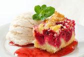 Berry fruit crumble slice with ice cream — Stock Photo