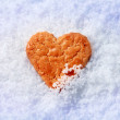 Heart shaped cookie in snow — Stock fotografie