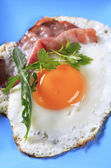 Fried egg and ham — Stock Photo