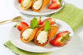 Cone-shaped gingerbread cookies with whipped cream and strawberries — Stock Photo