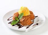 çikolata şurubu ile dondurma — Stok fotoğraf