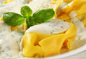 Ricotta and spinach tortelloni with cream sauce and Parmesan — Stock Photo