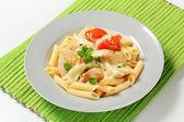 Makarna, tavuk eti ve krema sosu — Stok fotoğraf