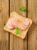 Whole wheat bread with sliced sausage — Stockfoto