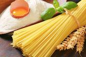 Secchi spaghetti e pallina di farina con le uova fresche — Foto Stock