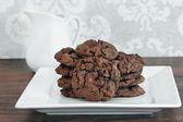 Çikolata, Çikolata parçalı kurabiye beyaz tabakta yığını. — Stok fotoğraf